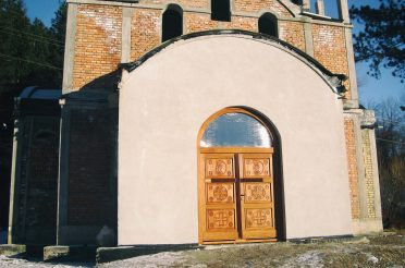 Постављање врата и прозора на Храм Свете Петке у Мочиоцима