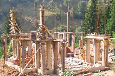 Израда оплате и бетонирање стубова Храма Свете Петке у Мочиоцима