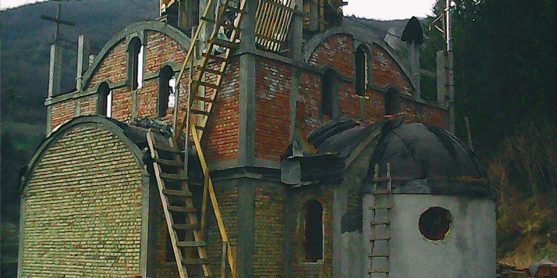 Привремене дрвене степенице које воде до куполе.
