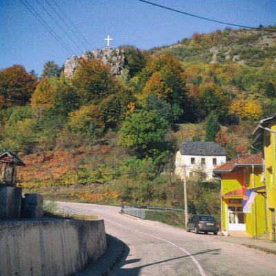 Поглед са магистралног пута на часни крст на Балтића стени надомак Храма Свете Петке
