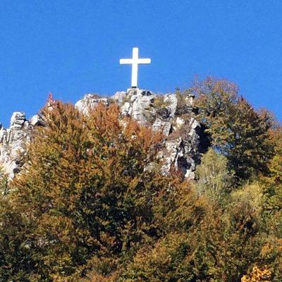 Поглед на часни крст на Балтића стена надомак Храма Свете Петке